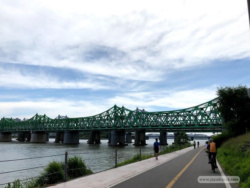 วิวสะพาน ที่จะได้เห็นเมื่อมาปั่นจักรยานริมแม่น้ำในโซลนี้
